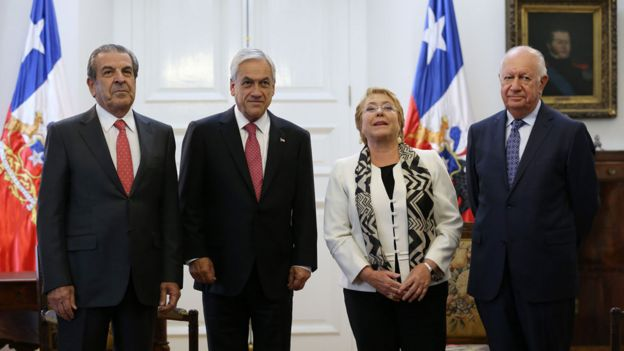 Los expresidentes Eduardo Frei, Michelle Bachelet y Ricardo Lagos, junto con el actual mandatario Sebastián Piñera.