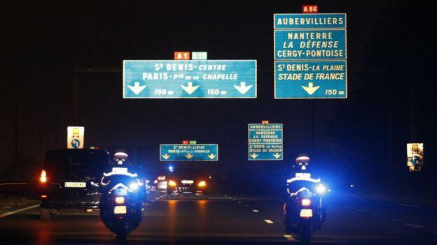 تصاویری از ورود آقای حریری و لارا، همسرش به اقامتگاهشان در پاریس منتشر شده است.
