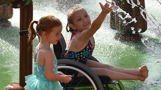 两个女孩享受喷泉