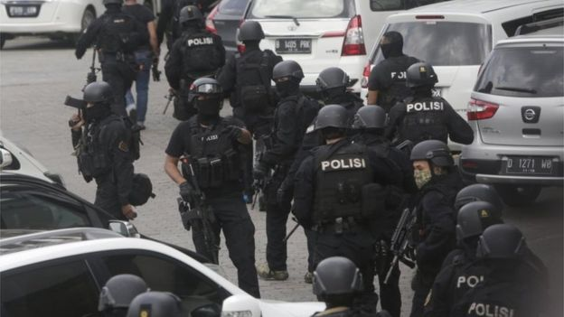 Armed police on the scene in Jakarta, Indonesia (14 Jan 2016)
