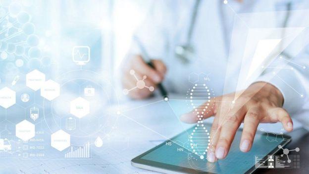 médico com um tablet