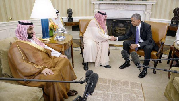 El expresidente de Estados Unidos Barack Obama en un encuentro en la Casa Blanca con miembros de la monarquía de Arabia Saudita.