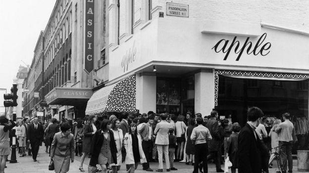 La tienda de los Beatles llena de gente