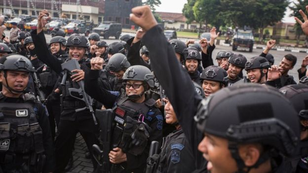 Para anggota polisi merayakan keberhasilan menyelesaikan kerusuhan dan pendudukan sejumlah sel di Mako Brimob oleh 155 napi kasus terorisme yang menewaskan lima rekan mereka.