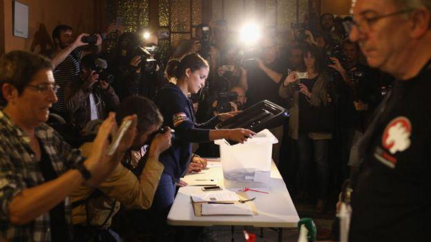 เจ้าหน้าที่เปิดหีบบัตรลงประชามติใบแรกเพื่อนับผลลงคะแนนเมื่อวันที่ 1 ต.ค. ที่ผ่านมา
