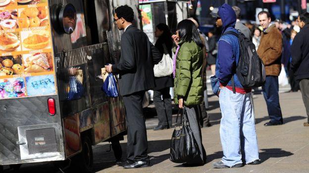 Pessoas fazem fila para comprar comida em Nova York