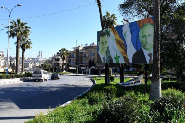 Cartel con las fotos de Putin y Al Assad