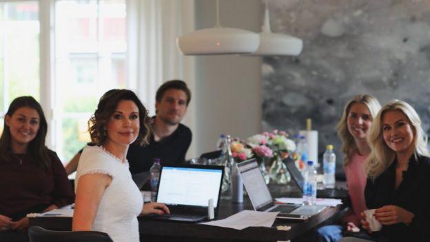Isabella Lowengrip en una junta directiva