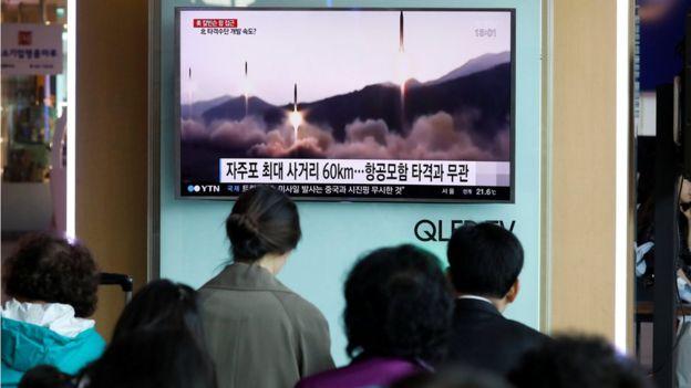 La transmisión de la prueba de un misil balístico que hizo Corea del Norte el sábado.