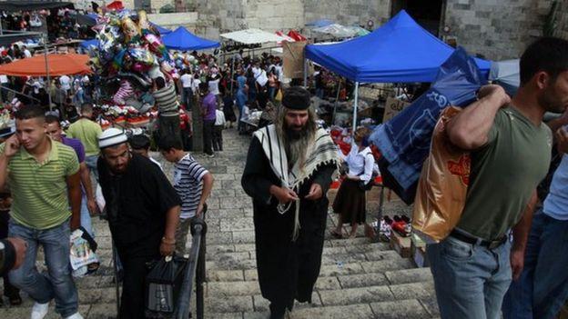 Palestinos y judíos en la Puerta de Damasco en Jerusalén