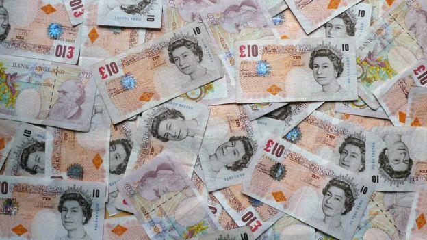 10英鎊鈔票一堆