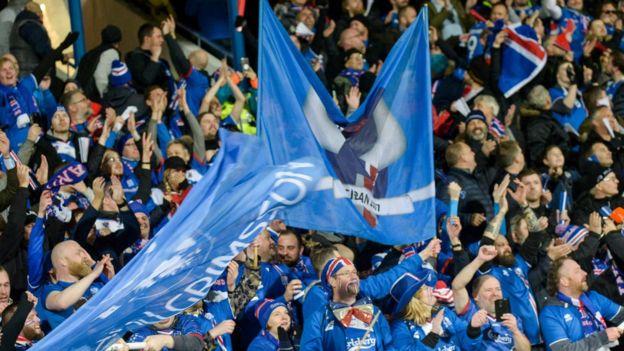 Aficionados de Islandia celebran el triunfo de su selección