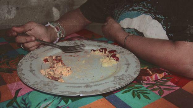 Abigail come ove, arroz e feijão