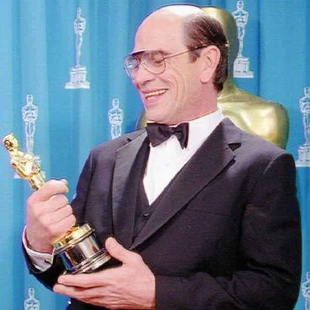 Tommy Lee Jones con el Oscarl al Mejor Actor de Reparto en 1994