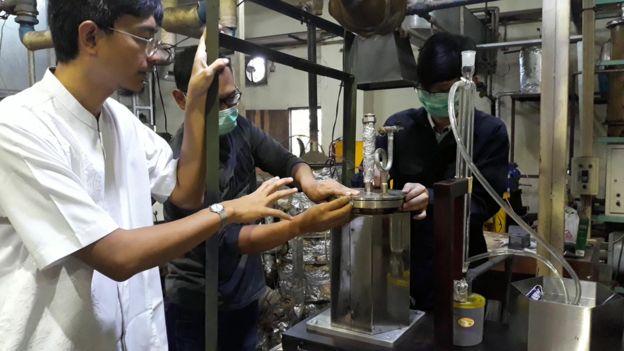 Pandji Prawisudha dari Institut Teknologi Bandung menerangkan cara kerja reaktor pirolisis yang mengubah sampah plastik menjadi bahan bakar minyak.