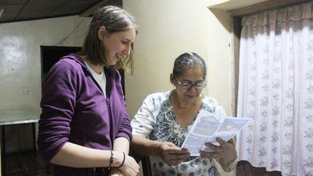 Estudante de Cornell junto a uma residente