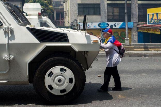 Una mujer frente a una tanqueta en el centro de Caracas durante una manifestación contra el gobierno de Venezuela el 19 de abril de 2017.