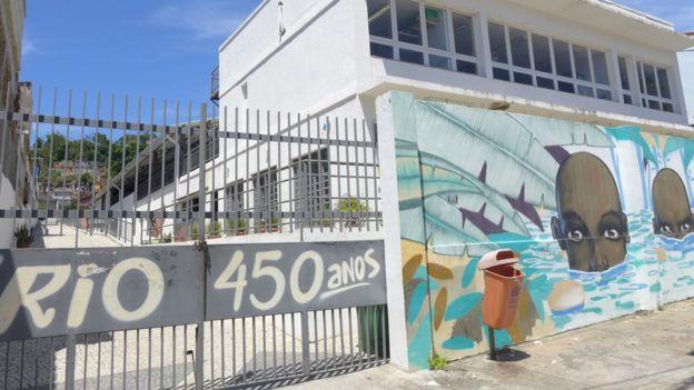 A Casa do Jongo, que atualmente se mantém fechada, com a pintura comemorativa dos 450 anos do Rio, da época de sua inauguração pelo prefeito Eduardo Paes em 2015