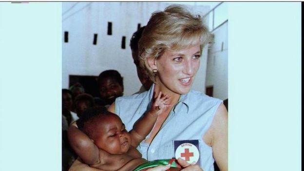 La princesa Diana en un viaje a Angola.