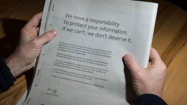 Una copia de un diario con el mensaje de Facebook