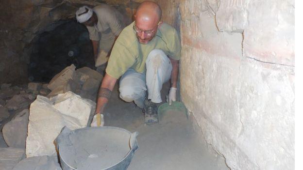 Equipe trabalha em escavação da tumba