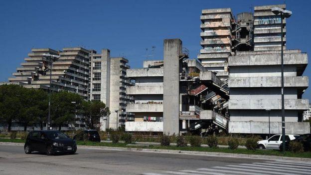 Scampia Neapol rayonundakı yarı dağılmış bu evlər