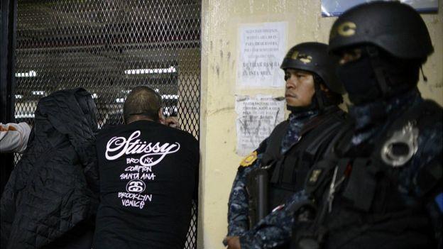 Policía con supuestos pandilleros.