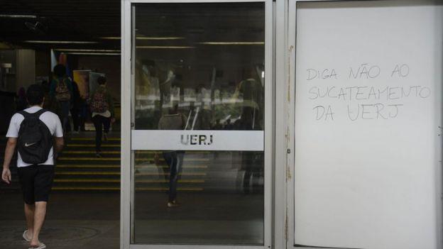 Aluno entra em campus da Uerj, no Rio