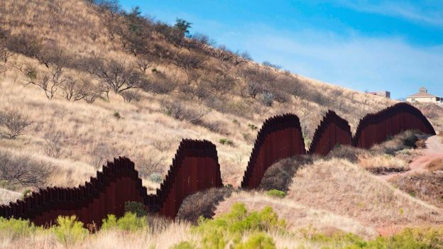 Eno la mpaka la Nogales, Arizona katika ya Marekani na Mexico