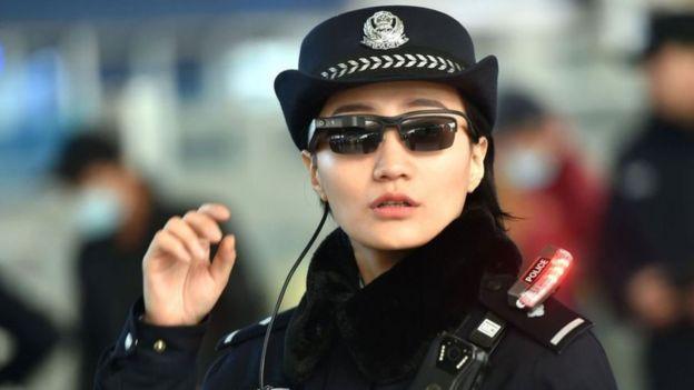 佩戴墨鏡的警察