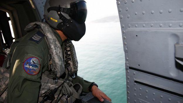 台湾军方派出了大批的飞机和船舰展开搜救行动。