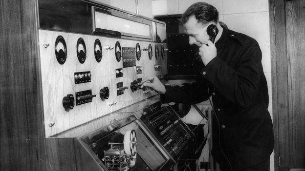 Empleado de la brigada de bomberos contestando una llamada de emergencia con el nuevo sistema en 1937.