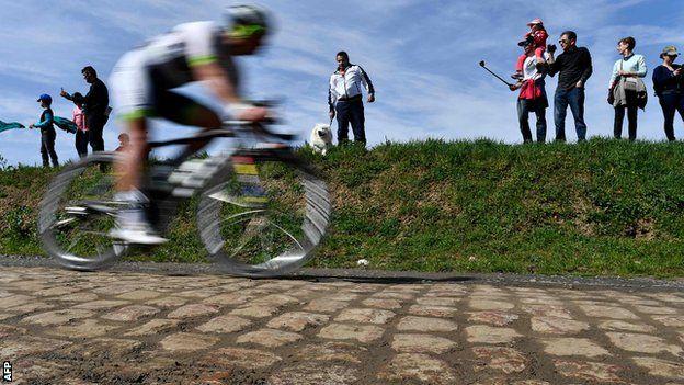 Un ciclista en un tramo de adoquines en la carrera Paris-Roubaix.