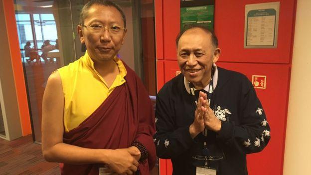 Đại sư Shayalpa Tenzin Rinpoche (trái) và một biên tập viên của BBC Miến Điện