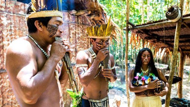Índios brasileiros tocando instrumentos