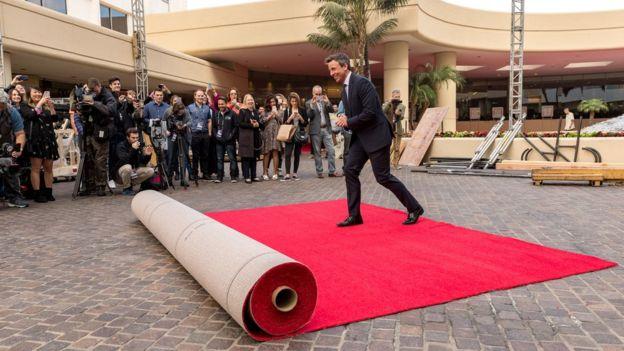 Seth Meyers camina sobre la alfombra roja en Hollywood