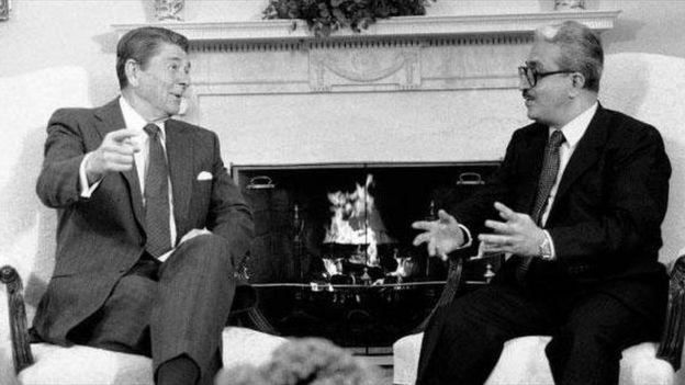 رونالد ریگان و طارق عزیز وزیر امور خارجه عراق