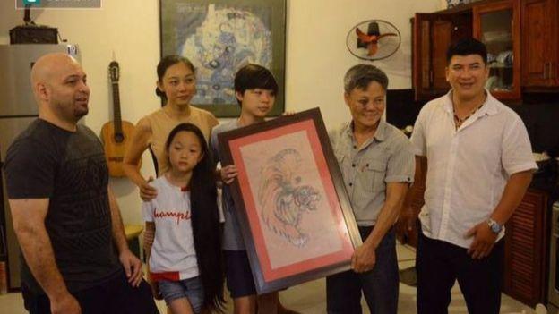 Facebook Hoàng Hường (vợ Đoàn Bảo Châu) đưa ảnh nói Flores tặng tranh cho chồng 'mắt tím như gấu trúc'.