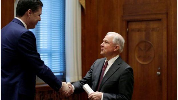 Comey cumprimenta o procurador-geral Jeff Sessions