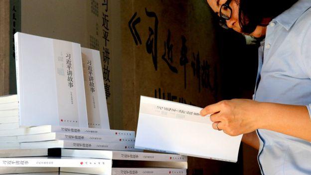 中國某書店內一名讀者閲讀《習近平講故事》(中新社圖片2/11/2017)