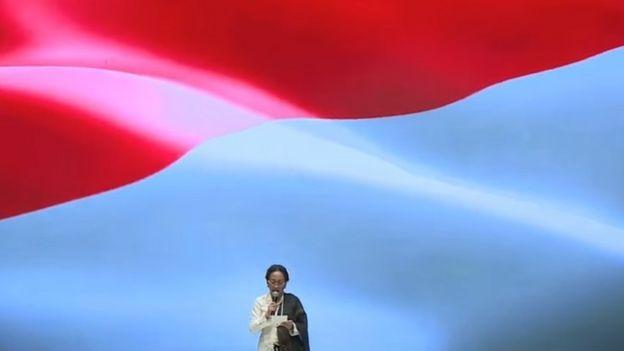 Sukmawati Soekarnoputri saat membacakan puisinya di Indonesia Fashion Week.