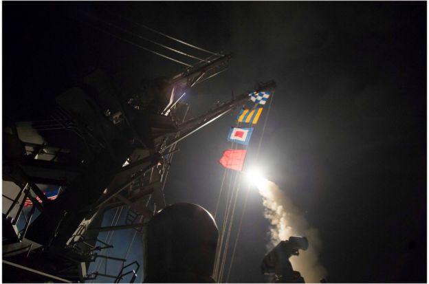 美国海军导弹驱逐舰罗斯号(USS Ross)在地中海东部向叙利亚发射战斧巡航导弹。