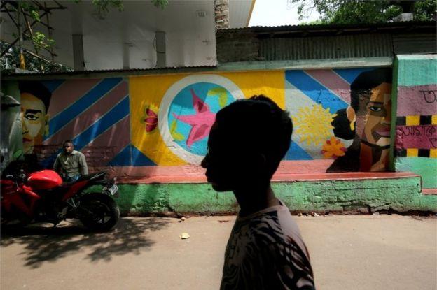 Wapitanjia katika mtaa wa makahaba katika wilaya Sonagachi jijini Kolkata