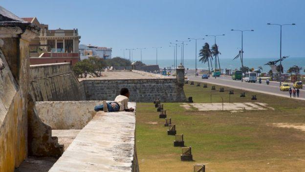 Un niño mira al mar desde uno de los baluartes de Cartagena de Indias.