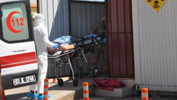 Paramédicos atienden a heridos tras el ataque en Khan Shiekhoun