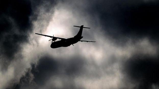 Un avión volando en un cielo encapotado