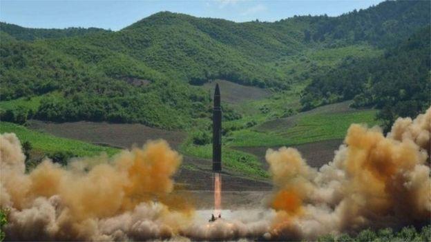 Corea del Norte lanzó un misil Hwasong-14 según la agencia oficial KCNA el 4 de julio de 2017.