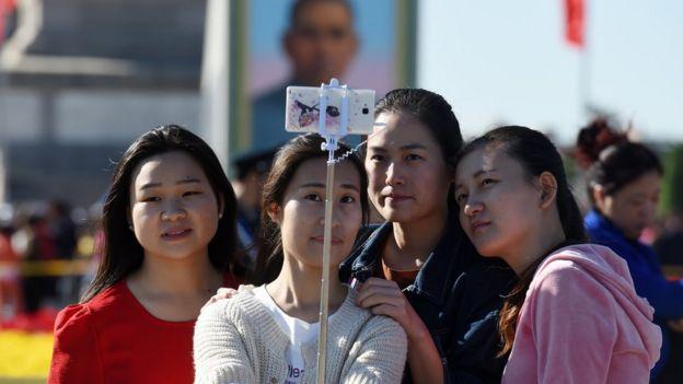 中國民眾用自拍棍自拍。