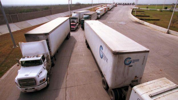 Camiones en la frontera México-EE.UU.