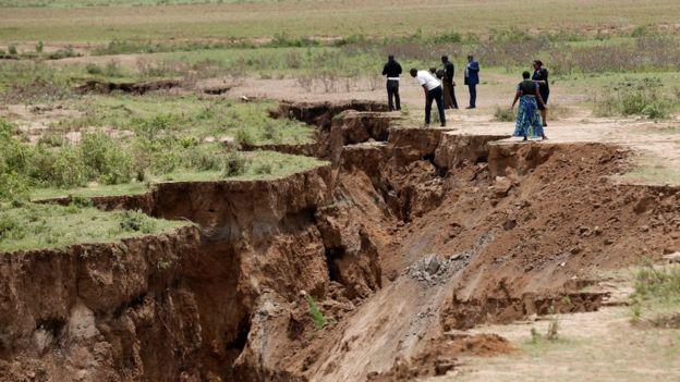 Pessoas olham a fenda no Quênia
